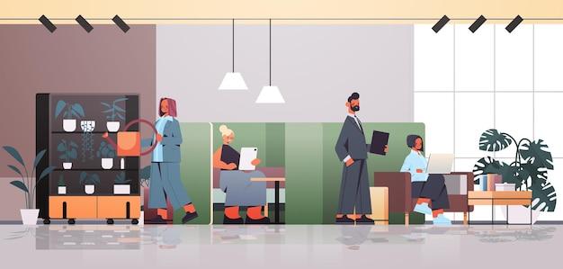 Geschäftsleute, die im teamwork-konzept des coworking center business meeting zusammenarbeiten und sprechen