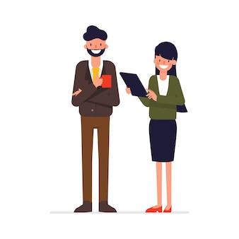 Geschäftsleute, die mit kollegen sprechen.