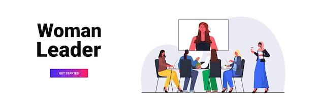 Geschäftsleute, die online-konferenz treffen geschäftsfrauen diskutieren mit führer frau während videoanruf horizontale in voller länge kopie raum vektor-illustration Premium Vektoren