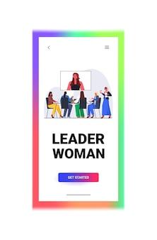 Geschäftsleute, die online-konferenztreffen geschäftsfrauen haben, die mit führerfrau während videoanruf in voller länge kopie raum vertikale vektor-illustration diskutieren
