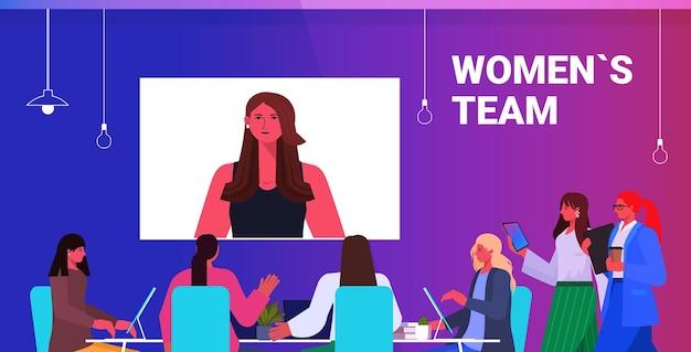Geschäftsleute, die online-konferenztreffen geschäftsfrauen-team haben, das mit führerfrau während des videoanrufs in der horizontalen porträtvektorillustration des büros diskutiert