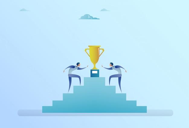 Geschäftsleute, die treppe bis zum goldenen pokalsieger-erfolgs-wettbewerbs-konzept steigen