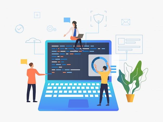 Geschäftsleute, die über laptopentwicklung arbeiten