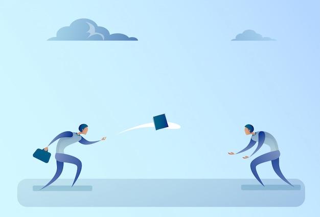 Geschäftsleute, die vertrags-dokument-teamwork-konzept werfen