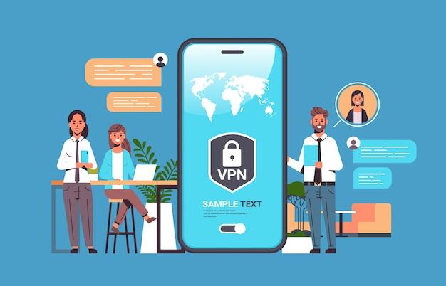 Geschäftsleute, die vpn für ein virtuelles privates netzwerk für das kommunikationskonzept zur cybersicherheit verwenden