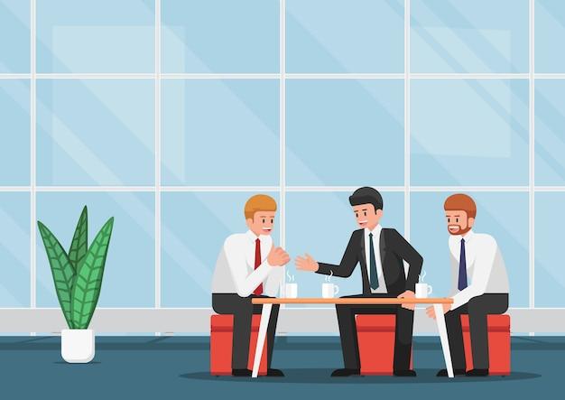 Geschäftsleute, die während der kaffeepause sich treffen und sprechen.