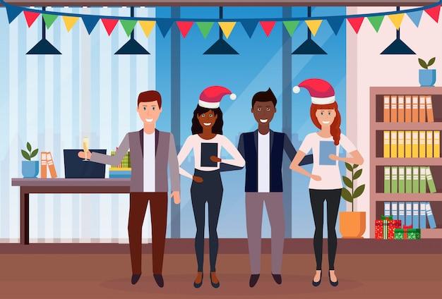 Geschäftsleute, die weihnachten im büro feiern