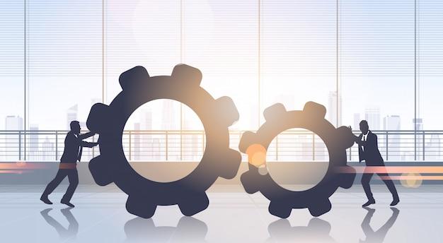 Geschäftsleute, die zahnrad-brainstorming-prozess-teamwork drücken