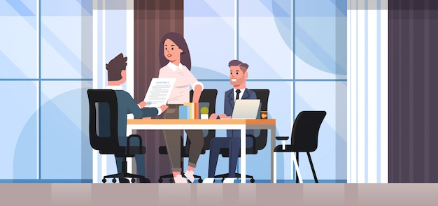Geschäftsleute diskutieren vertrag während der geschäftsentwicklung treffen kollegen partner, die mit co-investment dokument verhandlung büro interieur arbeiten