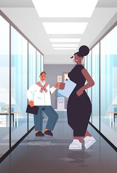Geschäftsleute diskutieren während des treffens mix race kollegen paar stehen zusammen moderne büro innen vertikale in voller länge illustration