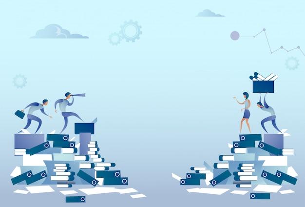 Geschäftsleute gruppe auf dokumenten-stapel-schreibarbeits-problem-konzept