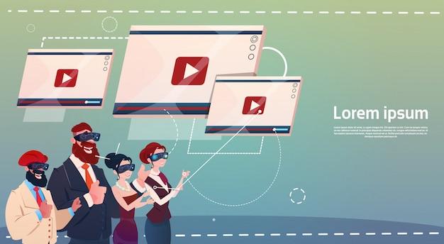 Geschäftsleute-gruppen-abnutzungs-digitalwirklichkeit-gläser, die video aufpassen