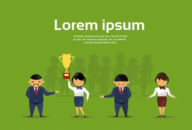 Geschäftsleute gruppen-griff-goldener cup