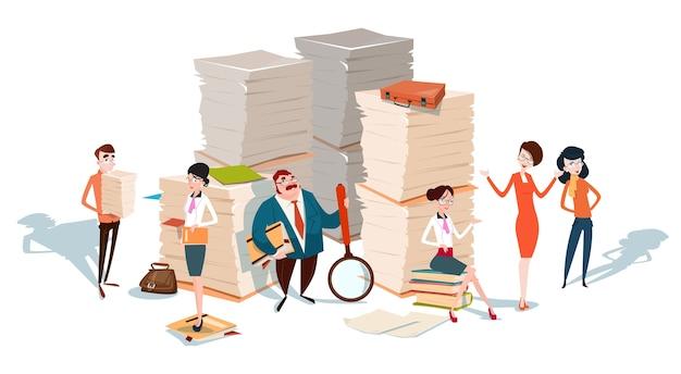 Geschäftsleute gruppieren gestapeltes papier