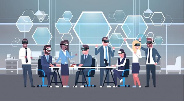 Geschäftsleute gruppieren tragenden vr-kopfhörer während des brainstormings, team in-gläser 3d auf dem treffen des technologie-konzeptes der virtuellen realität