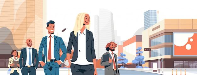Geschäftsleute gruppieren verschiedene teamfahne