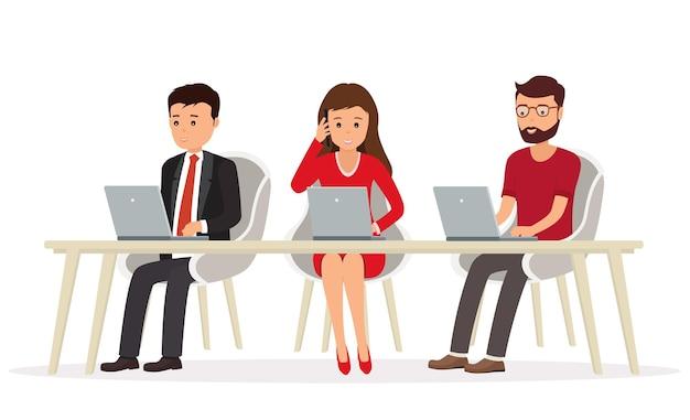 Geschäftsleute hinter einem schreibtisch, die an einem laptop arbeiten. teamwork im netzwerk.