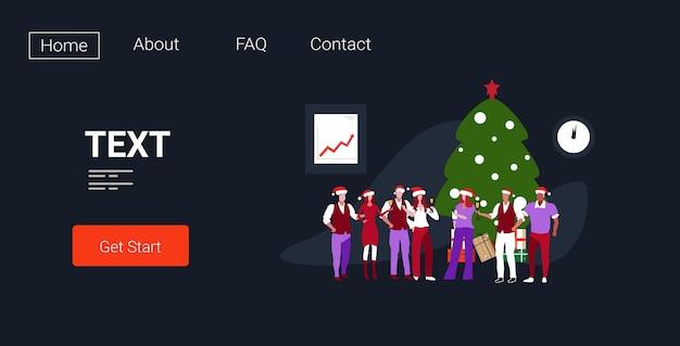 Geschäftsleute in den weihnachtsmützen, die firmenparteikollegen feiern, die champagner trinken, der nahe tannenbaum steht frohe weihnachten glückliches neues jahr winterferien landingpage