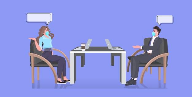 Geschäftsleute in gesichtsmasken diskutieren während des konferenztreffens abstand zu halten, um eine horizontale coronavirus-epidemie zu verhindern