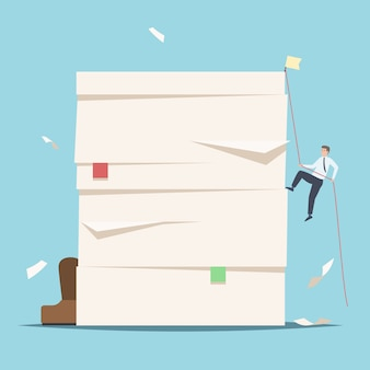 Geschäftsleute klettern auf einen stapel von dokumenten