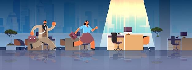 Geschäftsleute mitarbeiterpaar läuft zum arbeitsplatz schreibtisch geschäftswettbewerb neues job beschäftigungskonzept modernes büro interieur flach in voller länge horizontal