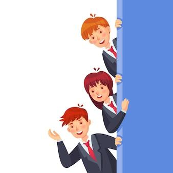 Geschäftsleute passen auf. charaktere frau und mann stehen an der wand, kinder schauen zusammen, schulkindvektorillustration