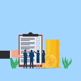 Geschäftsleute sehen sich die checkliste hinter dem münzstapel an. metapher von geschäftsplan und ziel.