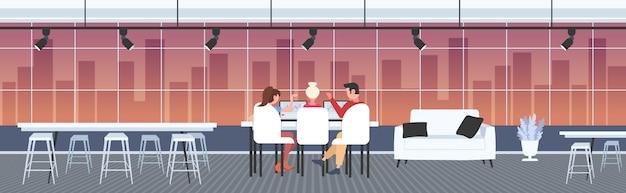 Geschäftsleute sitzen am arbeitsplatz schreibtisch diskussion finanzdiagramme analyse statistiken auf laptop-bildschirm brainstorming-konzept co-working-center büro interieur horizontal