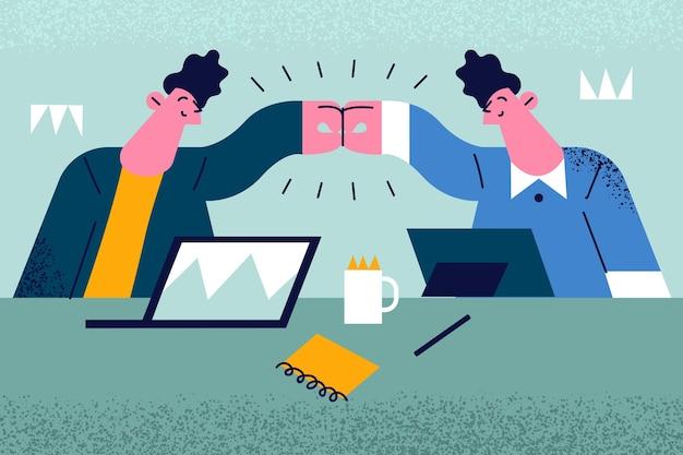 Geschäftsleute sitzen und machen fauststoß am arbeitstisch