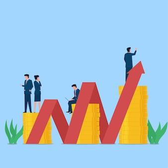 Geschäftsleute stehen über münzenstapel und kartenpfeil nach oben. metapher des geschäftsplans, suchen, analysieren.