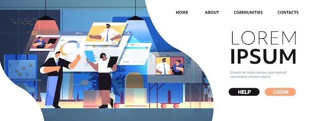 Geschäftsleute-team analysiert finanzstatistikdaten mit kollegen in webbrowser-fenstern während des videoanrufs online-kommunikation teamwork-konzept dunkle nacht büroinnenraum kopieren horizontal f