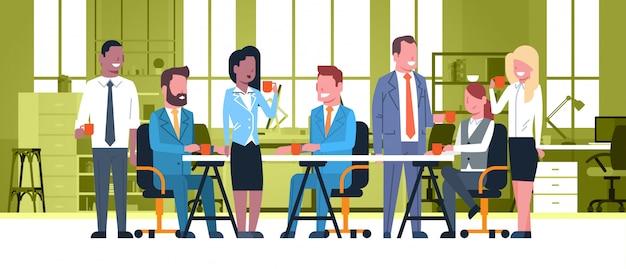 Geschäftsleute team on coffee break together, gruppe wirtschaftler, die am schreibtisch hält cups sitzen