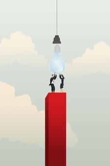 Geschäftsleute und geschäftsfrauen helfen, die glühbirne auf rotem diagramm zu halten