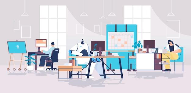 Geschäftsleute und roboter, die an computern am arbeitsplatz arbeiten