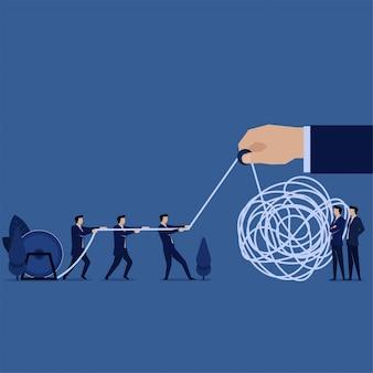 Geschäftslösung ziehen sie an einem verschlungenen seil, um die metapher der make-lösung zu fixieren.
