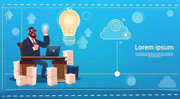 Geschäftsmann-abnutzungs-digital-wirklichkeits-gläser neue ideen-startkonzept-laptop-arbeitsplatz