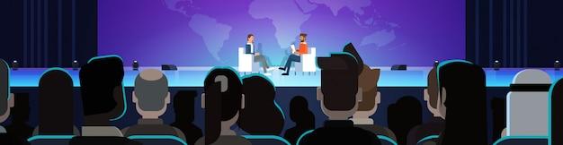 Geschäftsmann auf öffentlicher interview-konferenzsitzung vor großer publikum-horizontaler fahne