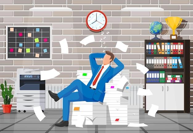Geschäftsmann charakter schlafen im büro in einem haufen papiere. müder geschäftsmann oder büroangestellter, der am arbeitsplatz schläft. stress bei der arbeit. bürokratie, papierkram, frist. vektorillustration im flachen stil