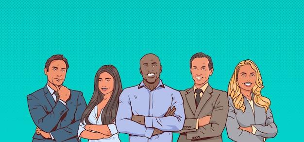 Geschäftsmann chef mit gruppe von geschäftsleuten erfolgreiche mix race führenden geschäftsleute