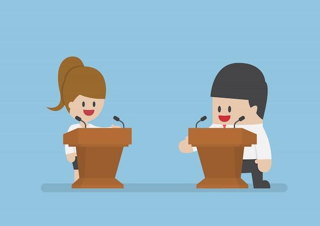 Geschäftsmann debattiert auf dem podium