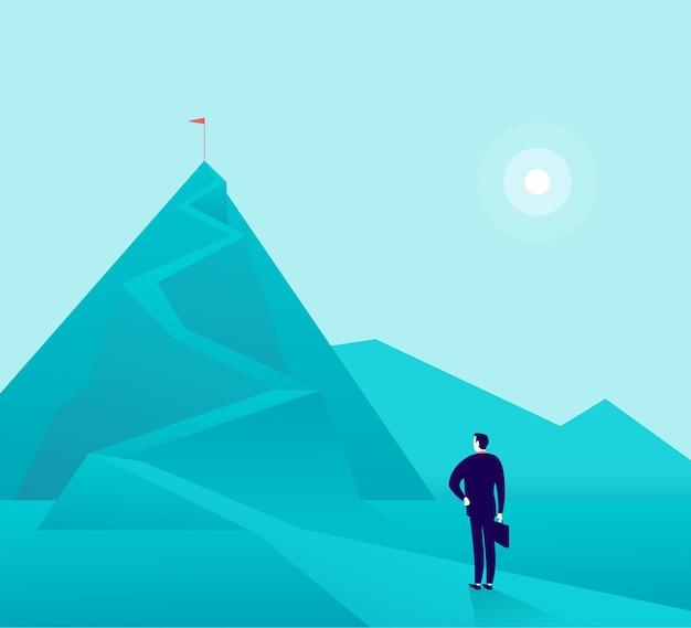 Geschäftsmann, der am berggipfel steht und die spitze beobachtet. neue ziele und ziele, zwecke, erfolge und bestrebungen