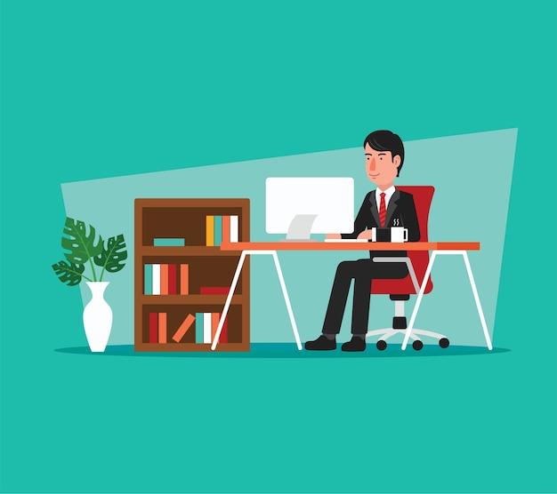 Geschäftsmann, der an computer im büro des offenen raumes arbeitet