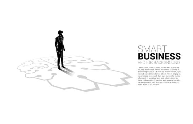 Geschäftsmann, der auf gehirnikonengrafik auf boden steht. symbol für geschäftsplanung und strategiedenken