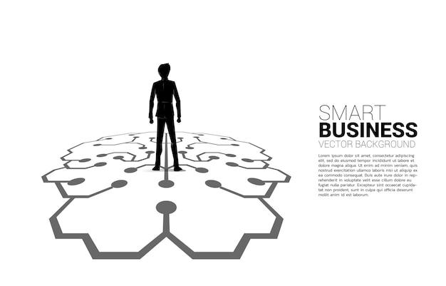 Geschäftsmann, der auf gehirnikonengraphik auf boden steht. symbol für geschäftsplanung und strategisches denken
