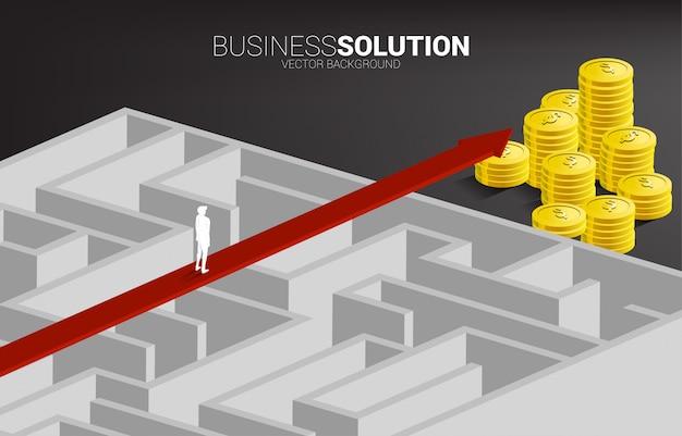 Geschäftsmann, der auf rotem pfeilweg über dem labyrinth zum geldstapel steht. geschäftskonzept zur problemlösung und lösungsstrategie.