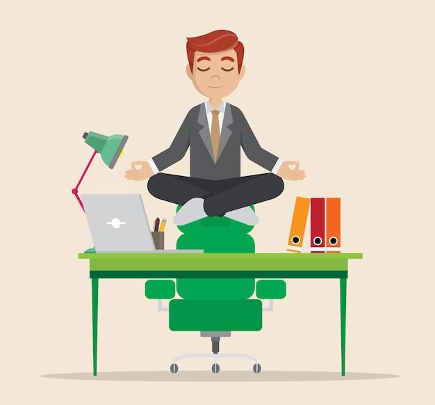 Geschäftsmann, der auf schreibtisch meditiert.