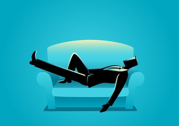 Geschäftsmann, der auf sofa ein schläfchen hält