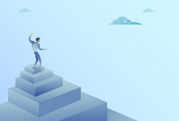Geschäftsmann, der auf treppen-spitzenfinanzwachstums-erfolgs-konzept steht