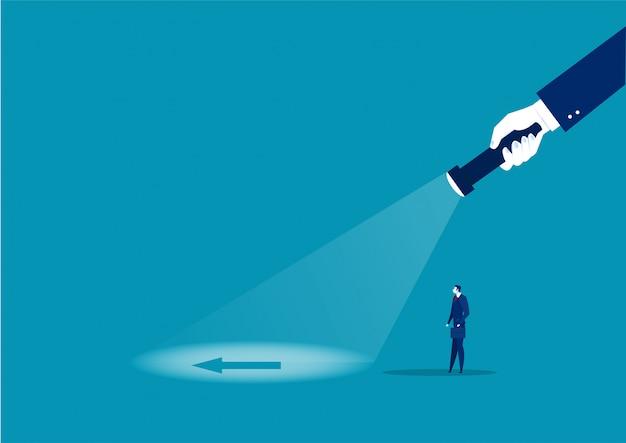 Geschäftsmann, der direkten blitz mit großer hand schaut, hält eine taschenlampe in richtung richtung. suchrichtung. illustration