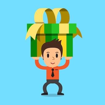 Geschäftsmann, der eine große geschenkbox trägt